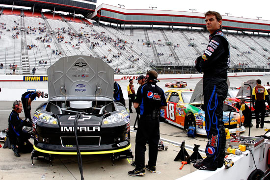 Jeff Gordon looks on as his crew makes adjustments to the No. 24 Pepsi Max Chevrolet at Bristol Motor Speedway (Credit: Jason Smith/Getty Images for NASCAR)