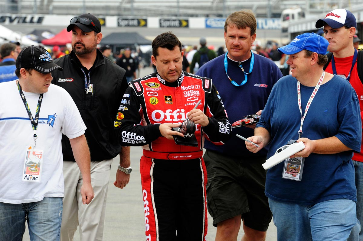 2012-Martinsville2-Tony-Stewart-Signs-Autographs-Before-Practice