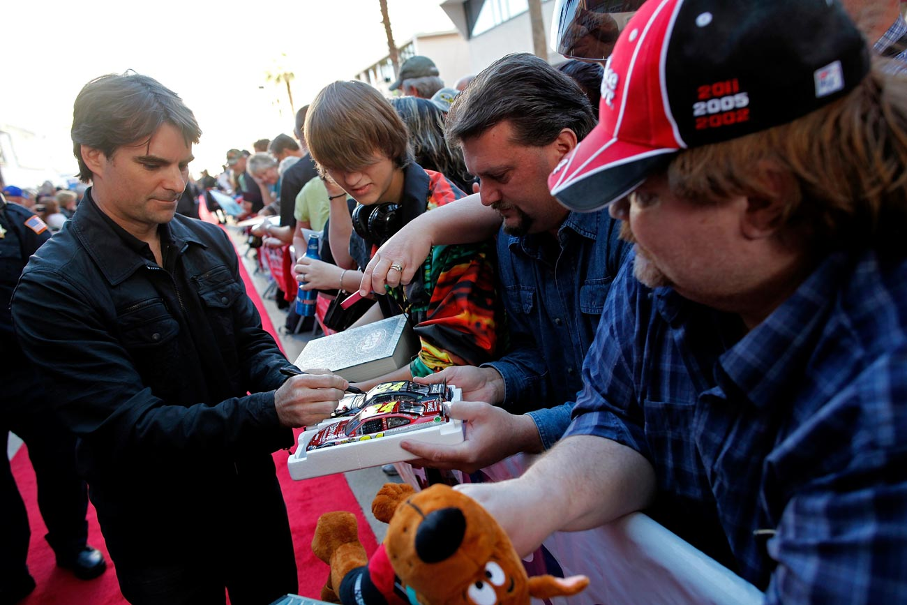 2012-Vegas-FanFest-Jeff-Gordon-Signs-Autographs