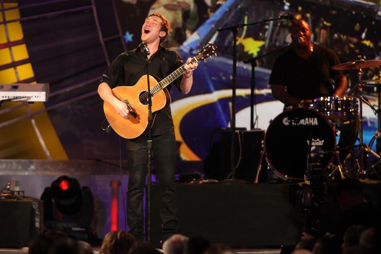 2012-Vegas-Awards-Phillip-Phillips-Performs