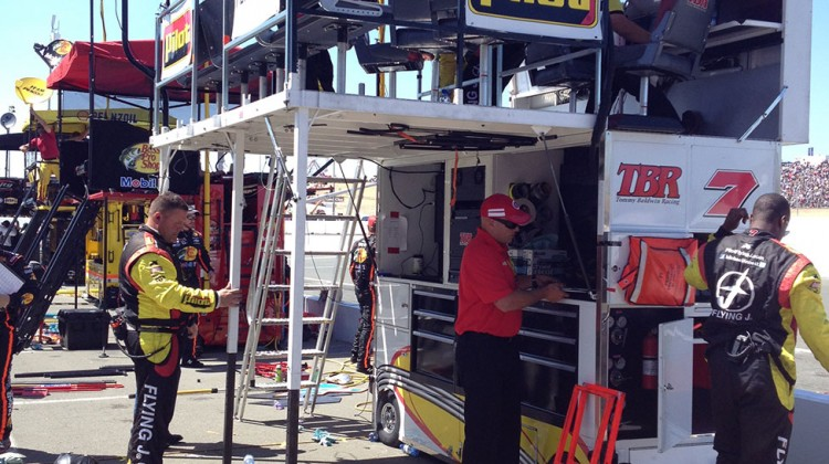 The No. 7 crew starts to take their pit box down after the race at Sonoma Raceway on June 22, 2014. (photo credit: The Fast and the Fabulous)